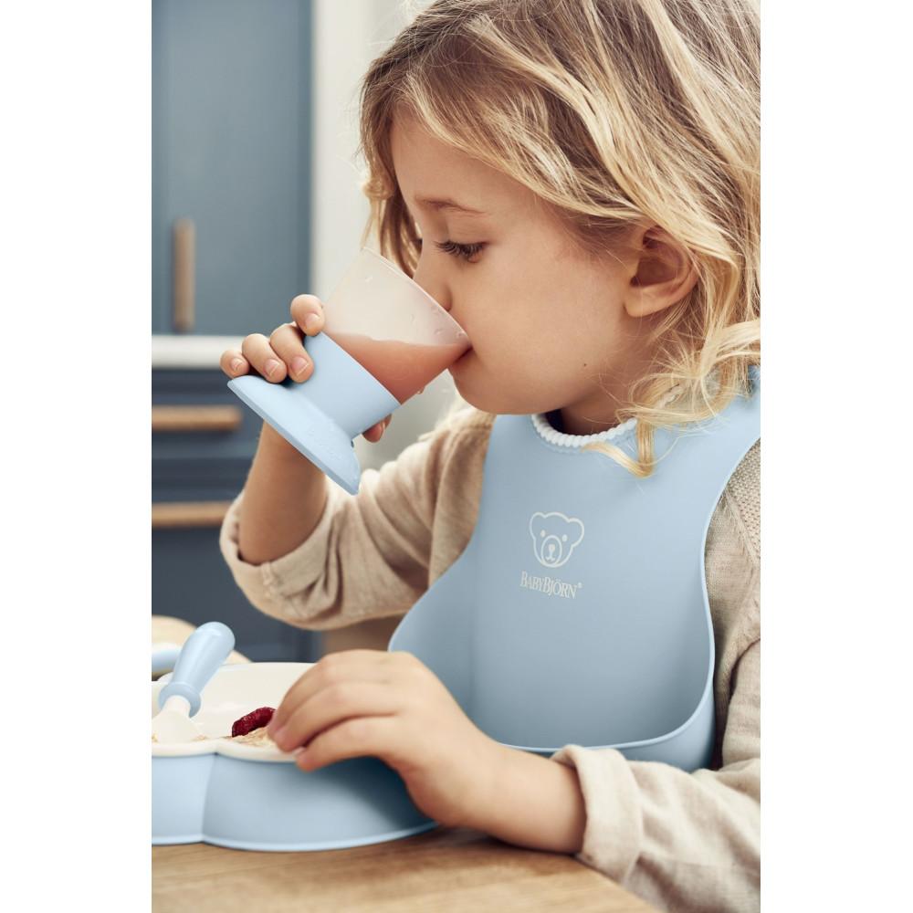 BabyBjorn - Set hranire: farfurie, lingurita, furculita, pahar si bavetica pentru bebe, Powder Blue
